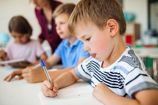 Отстранение от занятий в школе не привитого по возрасту ребенка законно: ВС